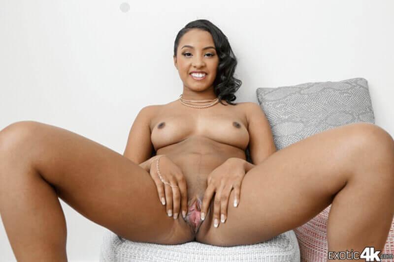 Echt versautes Neger Fotzenfoto von sexy Teen Girl mit nackte Hängebrüste