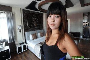 XXX Bilder von sexy Thailänderin mit kleine Möpse