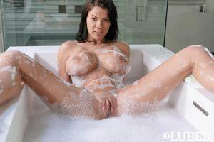 Geile Bilder von nasse Teen Titten in XXL beim Baden