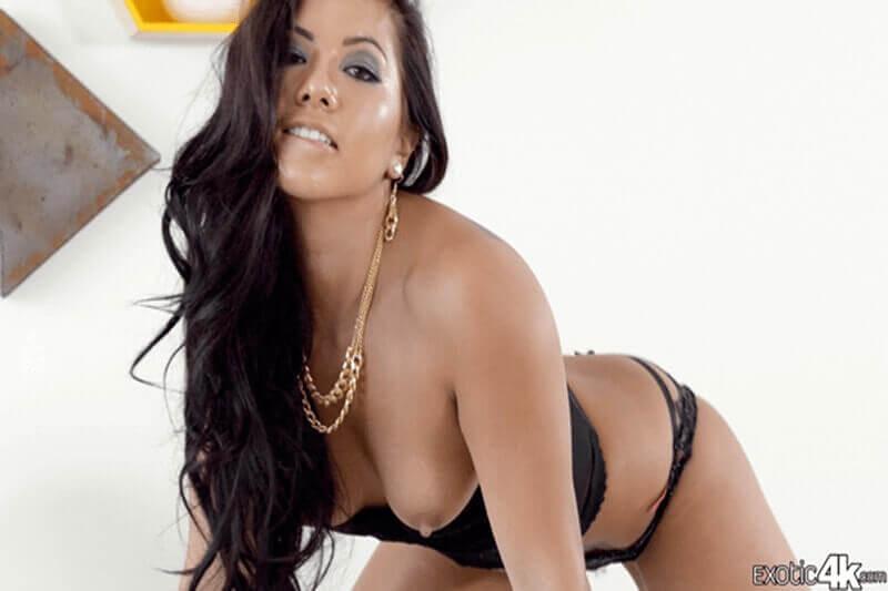 Geiles Pornofoto von williger Latina mit sexy Busen