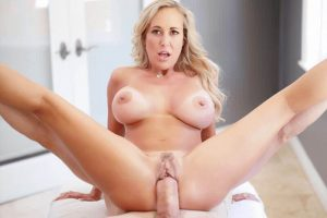 Unzensierte Tittenbilder von blonder Hausfrau