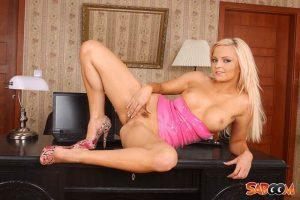 Gratis Pornofotos von blonder Teen Lesbe mit pralle Brüste