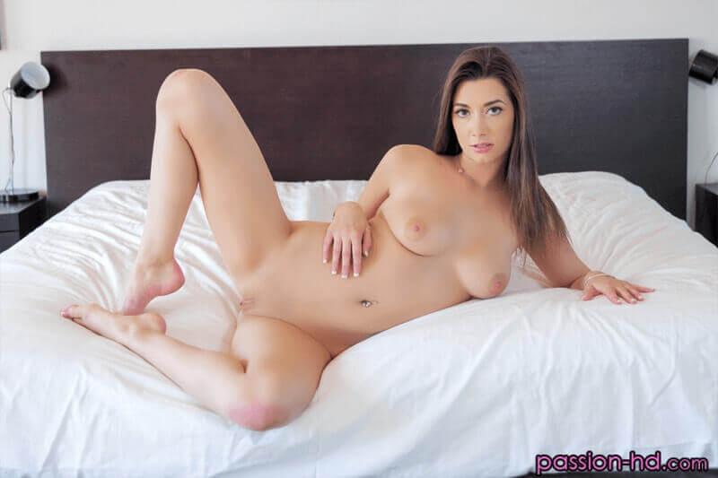 Junge Studentin mit weiche Titten vor dem versauten Titten Sex auf geilem Porno Foto