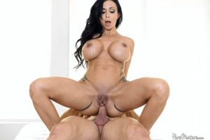 Exotisches Titten Luder mit geilem Riesenbusen