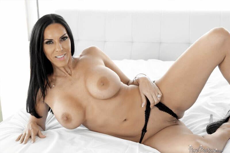 POV Busenfoto zeigt nackte Single Mutter mit dicke Euter