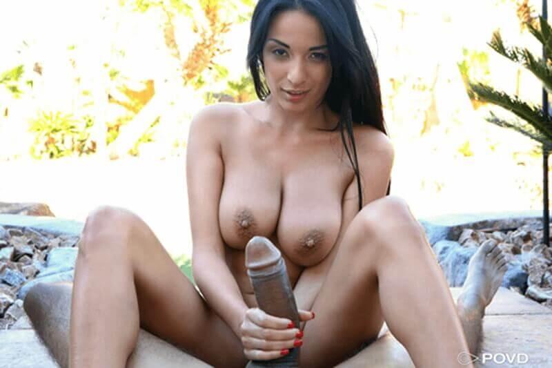POV Titten Foto zeigt junges Latinagirl mit XXL Hängetitten beim Schwanz wichsen