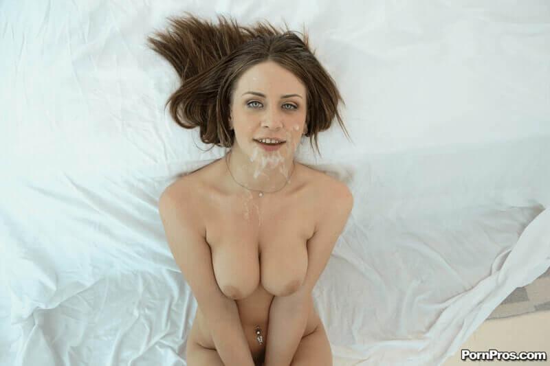 Pralle Möpse eines jungen Mädchen nach dem Oralsex vollgewichst