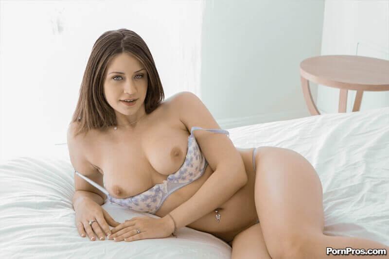 Scharfes Tittenfot einer sexy Brünetten mit feste Möpse