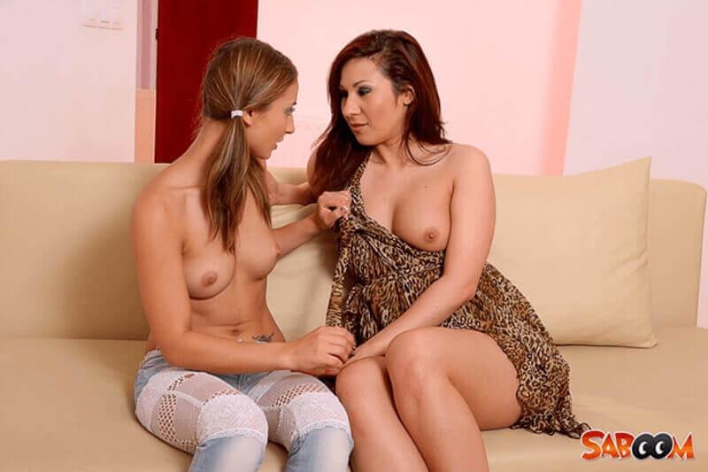 Sexy Lesben Freundinnen verwöhnen sich gegenseitig die kleinen Titten und sexy Nippel