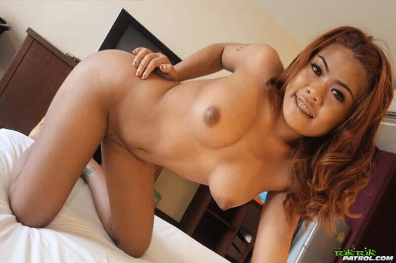 Sexy Nacktfoto von scharfem Barmädchen aus Phuket mit sehr pralle Möpse
