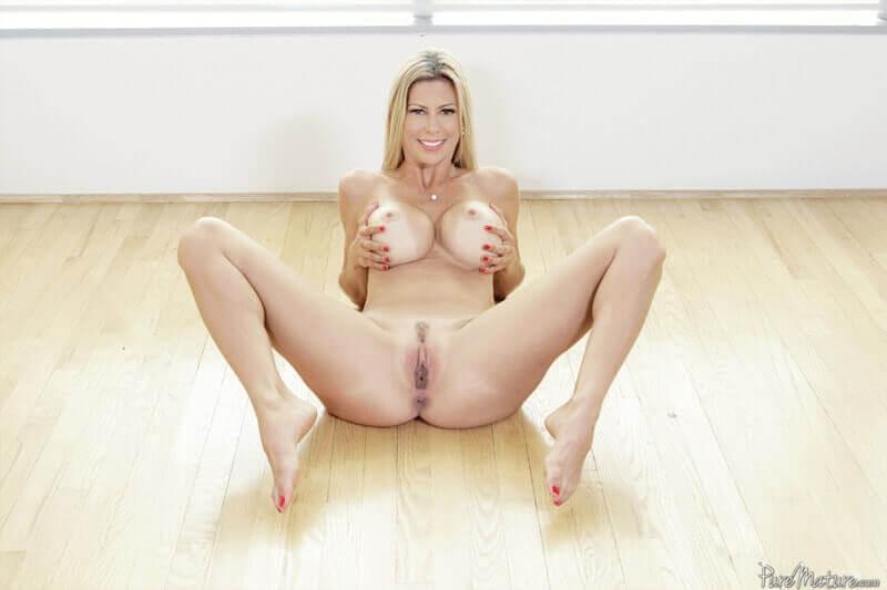 Sexy Nacktfoto zeigt ale Blondine mit pralle Silikon Möpse