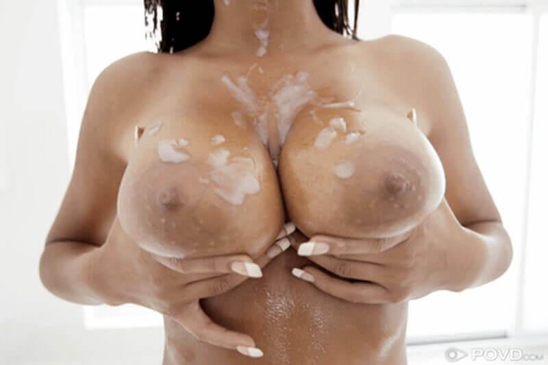 Sperma befleckte Megatitten einer sexy Latina nach dem Tittenfick