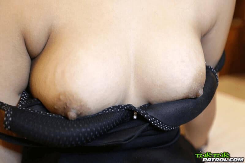 Weiche Brüste in Nahaufnahme eines sexy Teengirls aus Bangkok