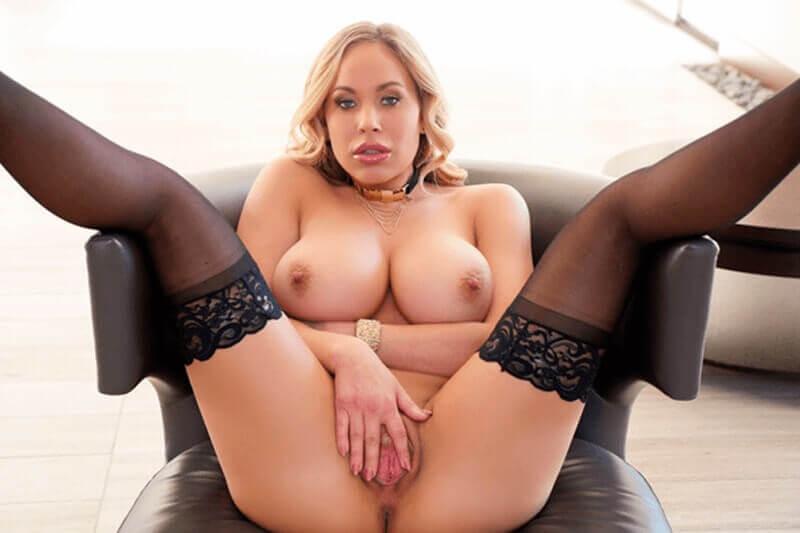 Heisses Foto zeigt deutsche Hausfrau mit XXL Titten und weit offener Fotze