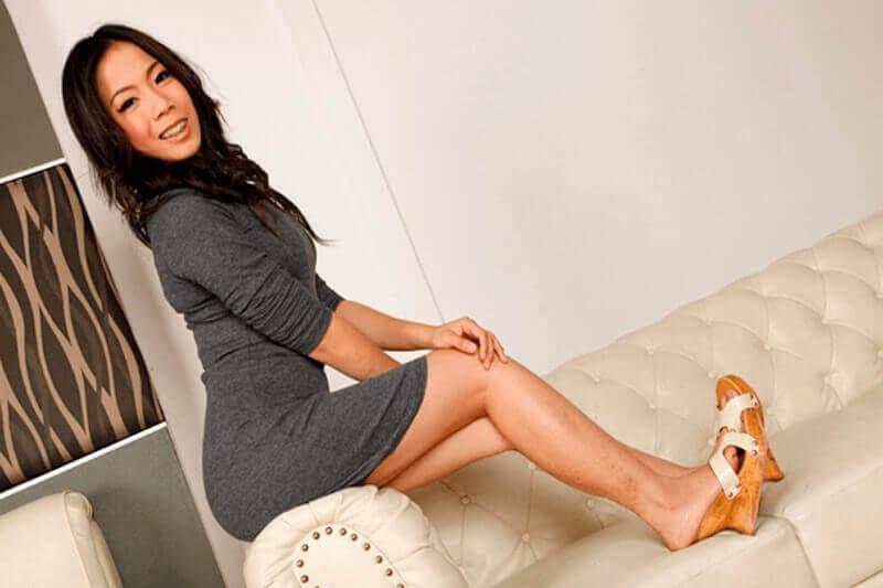 Hübsche Thailänderin in sexy Kleid