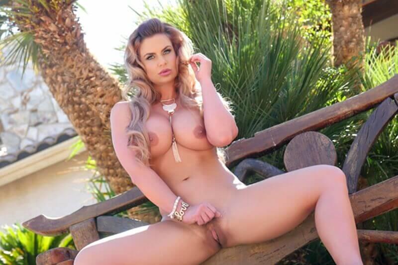 Geiles Tittenluder vollkommen nackt