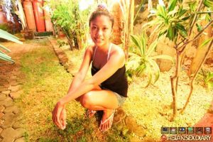 Zierliches Asia Girl mit geile Mega Möpse